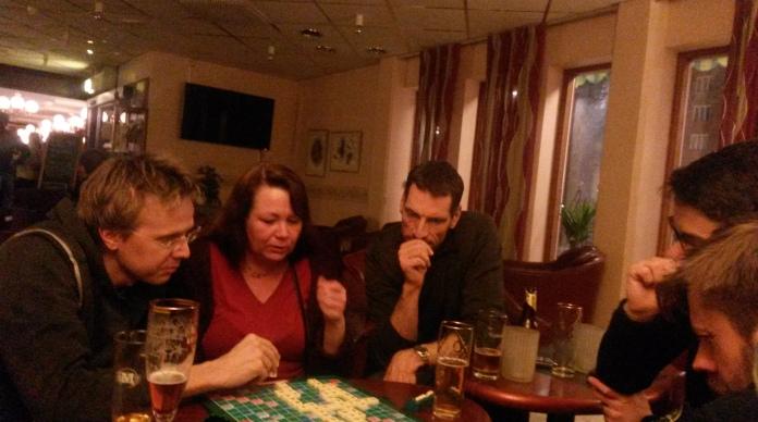 På lördagskvällen kan man roa sig med att parti lagscrabble! Anders Olsson, Annica Hallberg, Conny Selsfors.