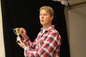Förbundets ordförande Thomas Madsen förevisar vinnarpokalen.