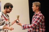 Thomas Madsen överräcker vinnarskålen till Björn Ericson (brödrostskap)