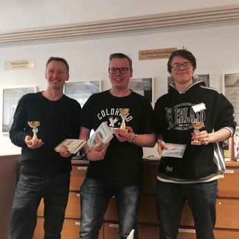 Medaljörerna David Åhman (tutaren) - tvåa, Ari Mustonen (YatzyBoy) - etta och Nils Lundström (GLXKBLT) trea.