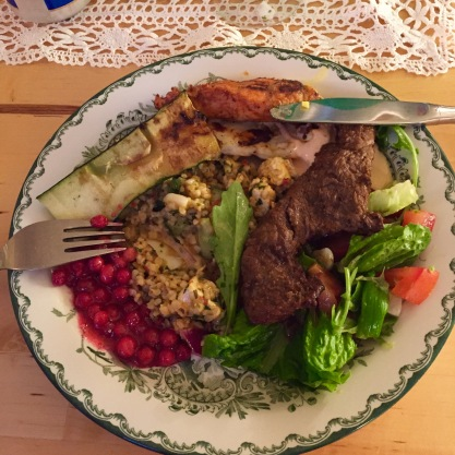 Vi åt ibland också. Här bjöds det på grillad ryggbiff, kyckling och bulgursallad.
